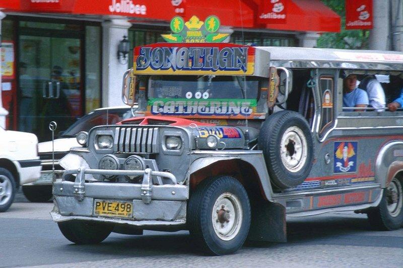 Un jeepney nella strade di Manila nelle Filippines