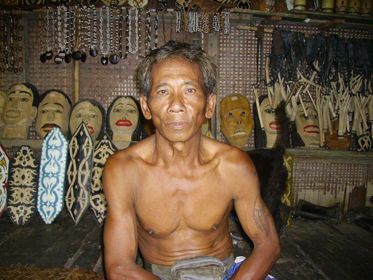 Un uomo della tribù Iban nella Longhouse in Sarawak, Malesia