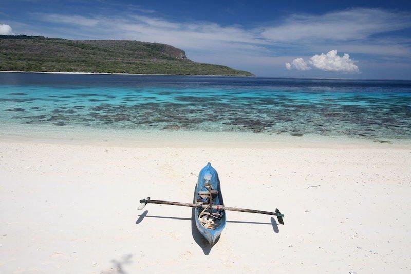 Spiaggia deserta e mare turchese a Timore Est