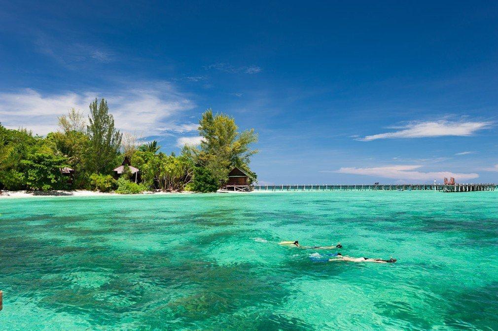 Turisti che fanno snorkeling a Lankayan Island in Sabah, Malesia