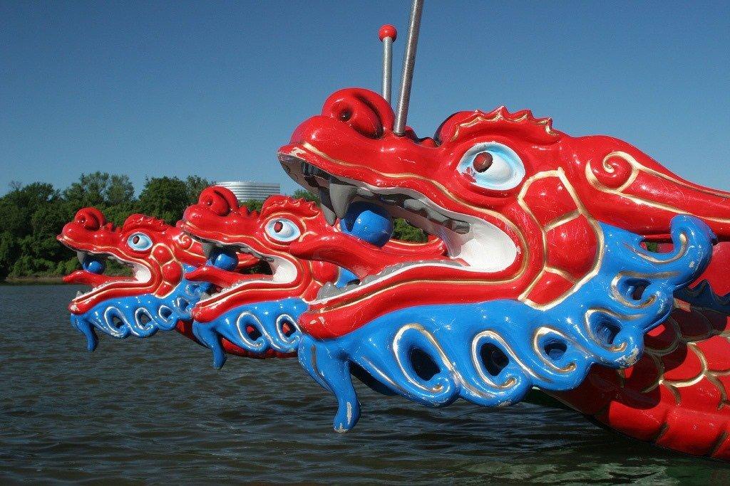 Le Dragon Boats che gareggiano durante il festival