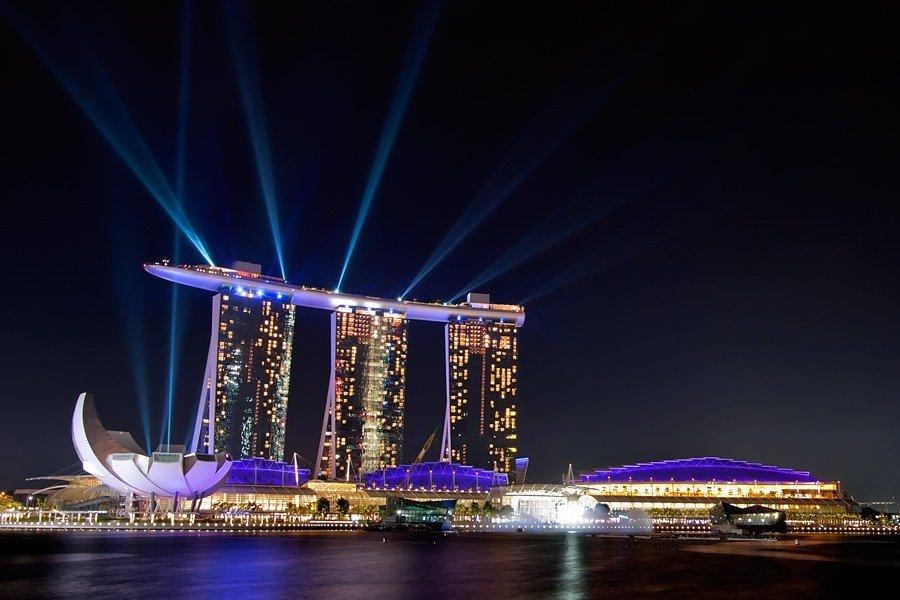 Vista nottuna della Marina Bay Sands a Singapore