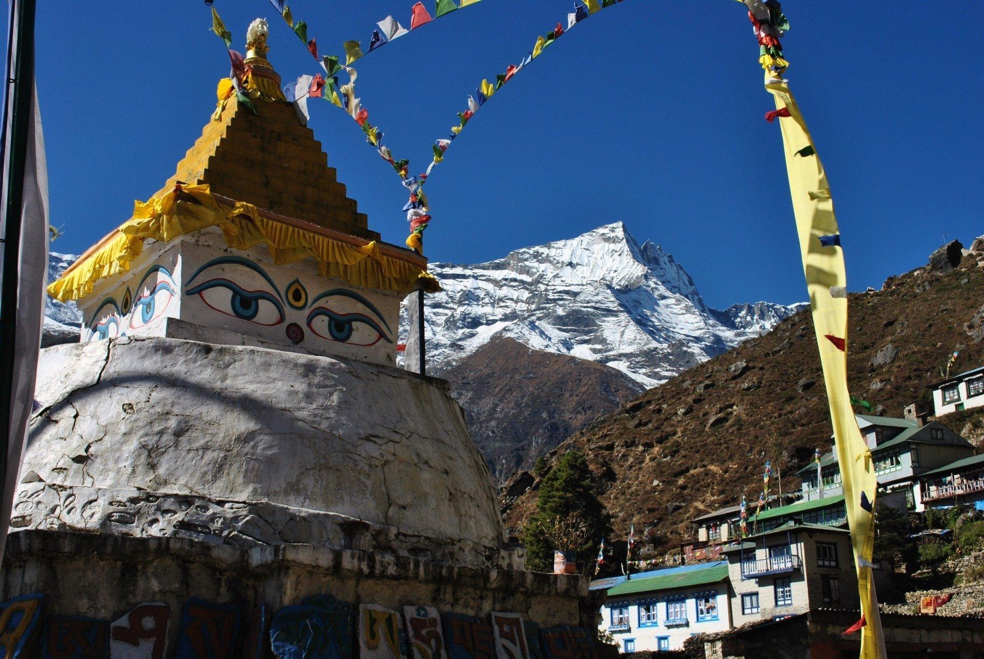 Stupa e montagne in Nepal