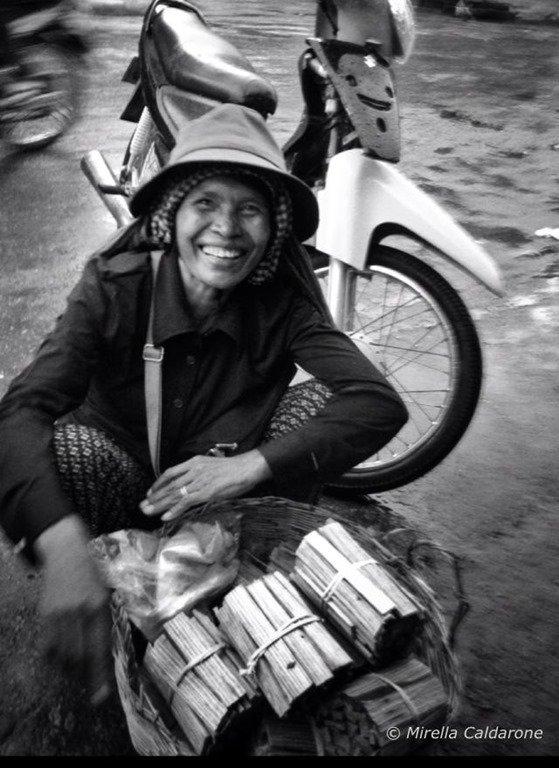 Venditrice di cibo di strada a Battambang Cambogia