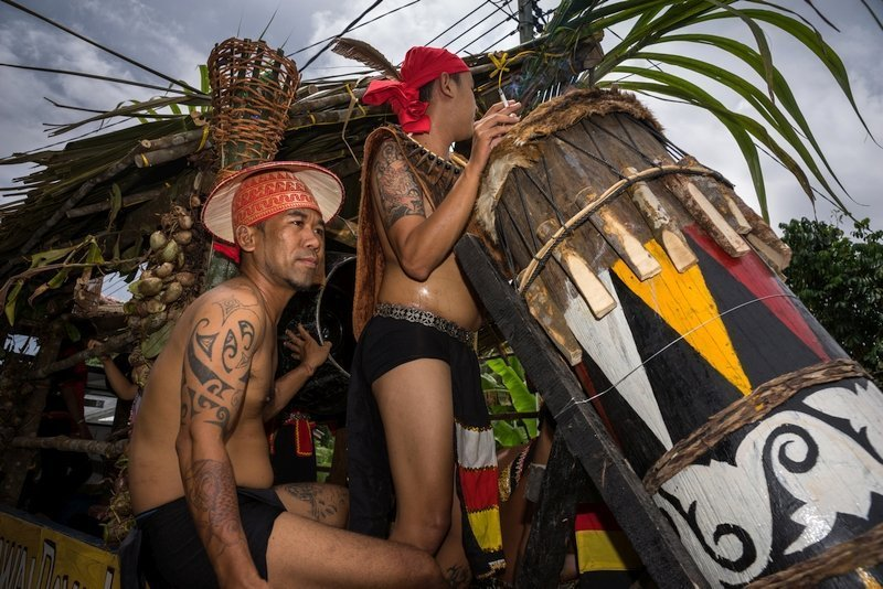 Uomini Iban in abiti tradizionali durante un festival in Sarawak