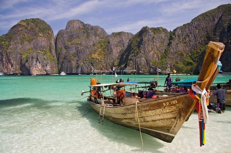 Barca thailandese ancorata a Maya Bay