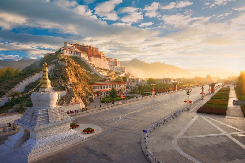 Palazzo Potala all'alba visto dalla Chakpori, Lahasa, Tibet
