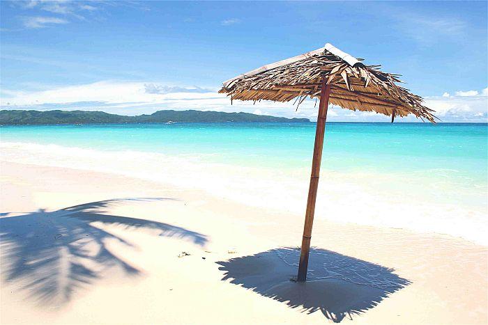 La spiaggia White beach di Boracay nelle Filippine
