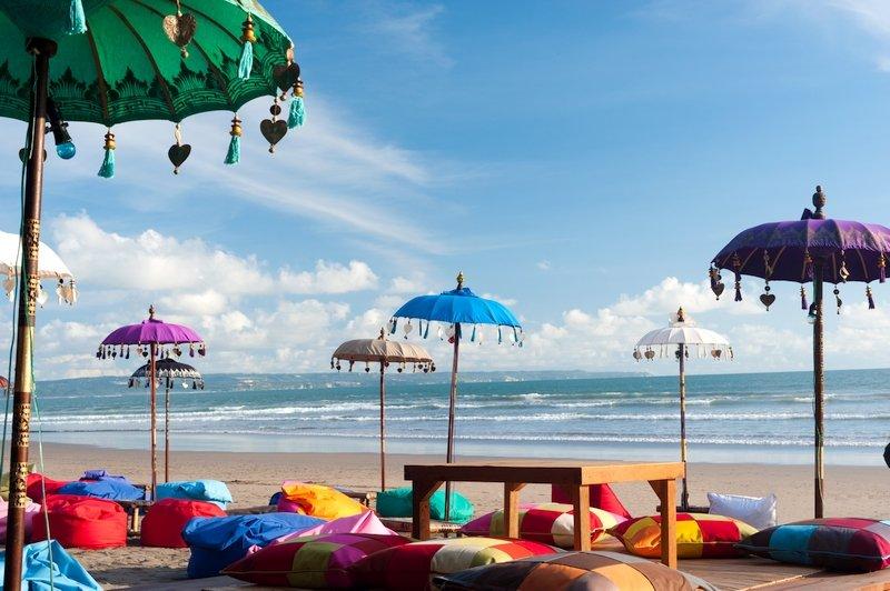 Ombrelloni e cuscini sulla spiaggia di Kuta a Bali
