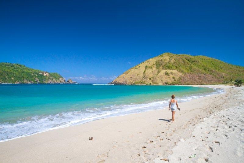 Turista che cammina sulla bellissima spiaggia di Lombok in Indonesia