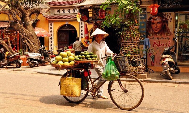 Venditrice di cibo di strada a Hanoi in Vietnam