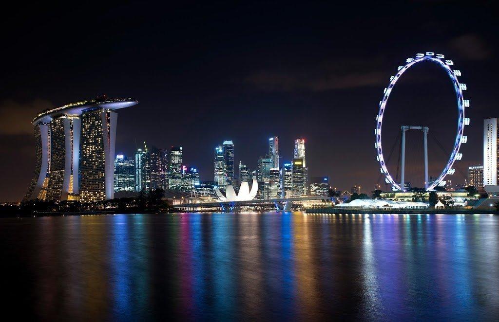 Vista della Marina Bay a Singapore di notte