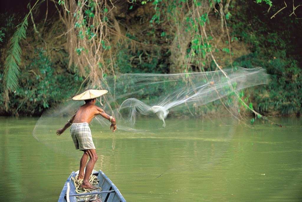 Pescatore Iban in un villaggio del Sarawak, Malesia