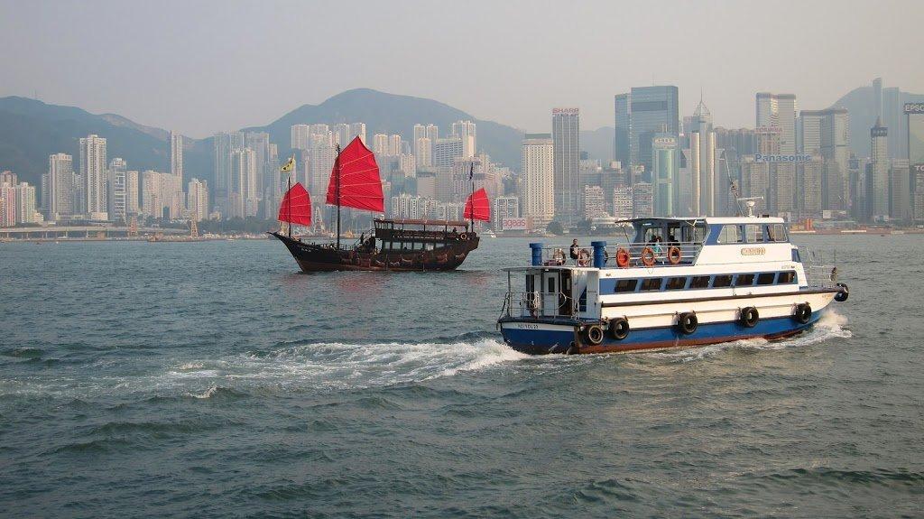 Barche nella baia di Hong Kong