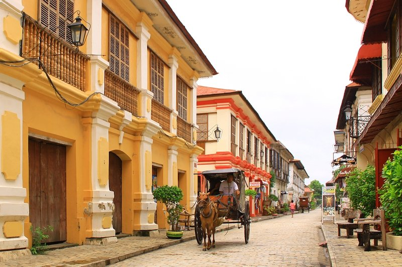 Calesse per le strade della città storica di Vigan nelle Filippine