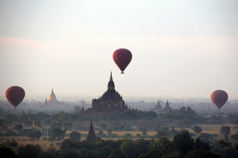 Mongolfiere che sorvolano la distesa di templi di Bagan in Myanmar
