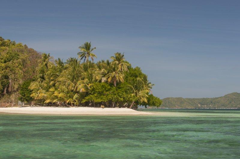 Spiaggia deserta sulle isole vicino a Port Barton nelle Filippine
