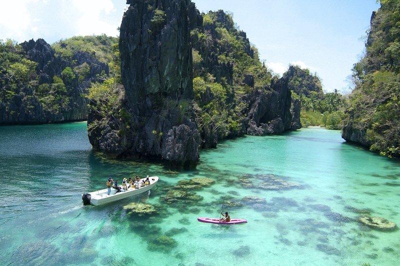 Turisti che esplorano la Big Lagoon di El Nido nelle Filippine