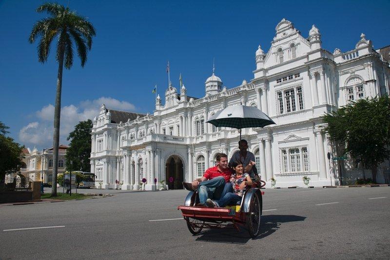 Turisti in trishaw per le strade di Georgetown a Penang, Malesia
