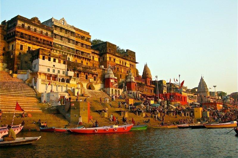 Palazzi di Varanasi in India che si affacciano sul fiume sacro