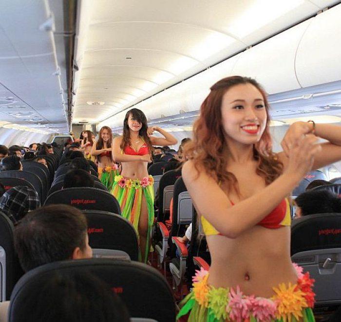 Compagnia aerea con assistenti volo in bikini