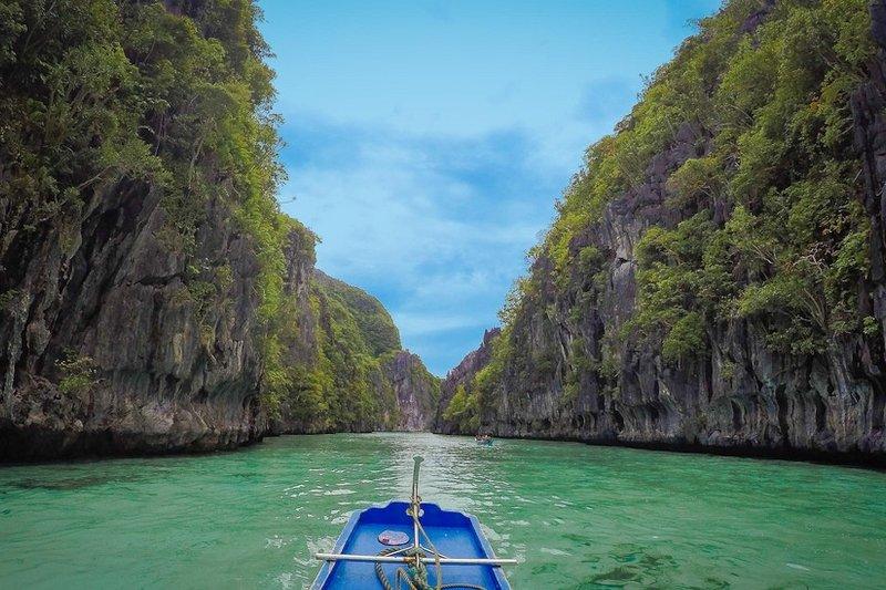 Navigare dentro la Big Lagoon di El Nido, Palawan, Filippine