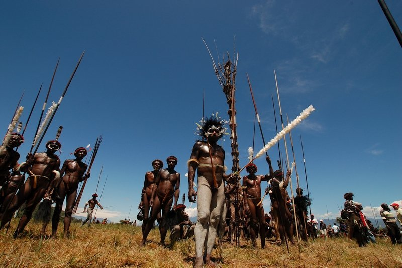Tribù che festeggiano il Festival di Baliem Valley in Indonesia