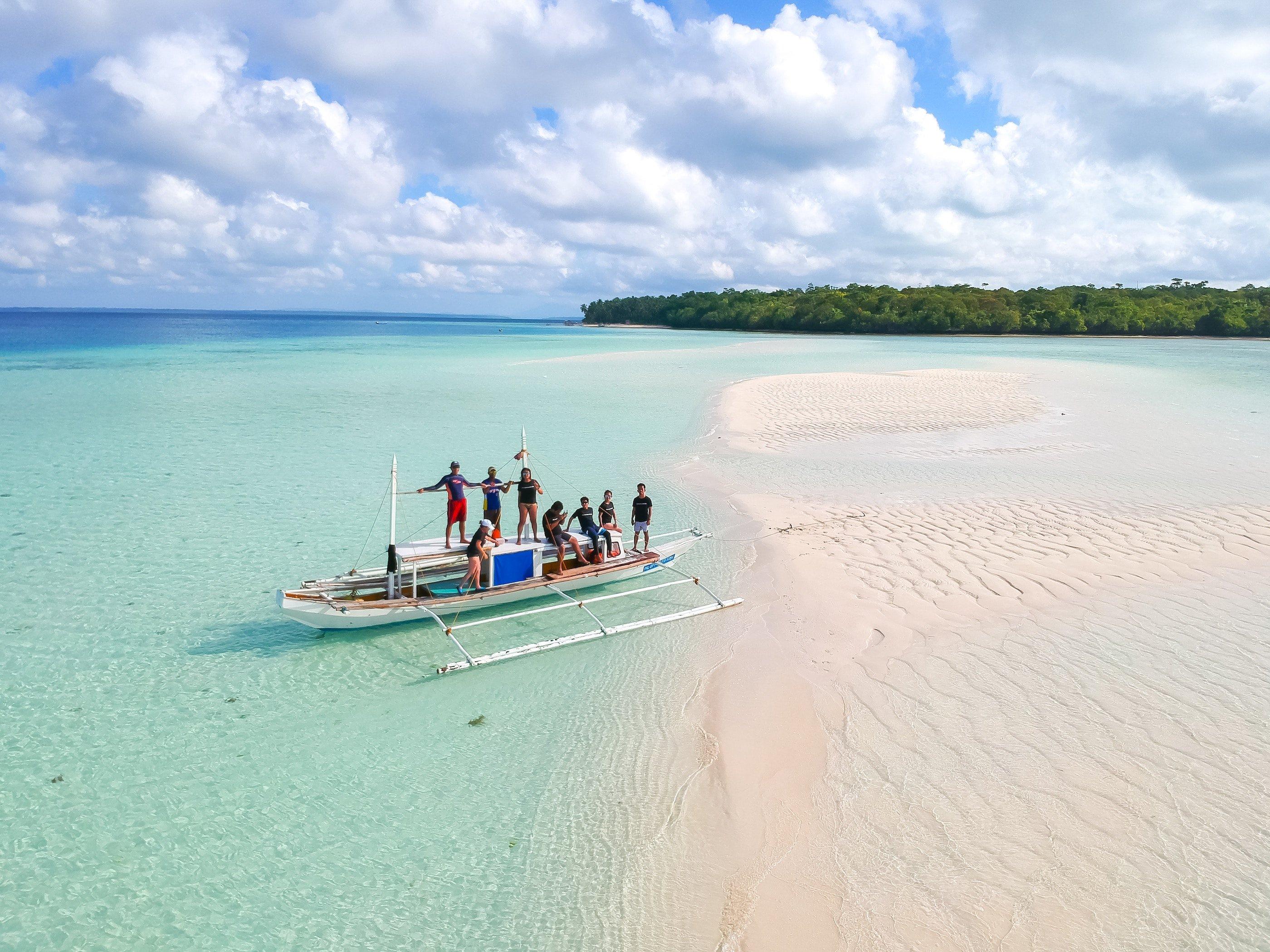Turisti in barca per visitare le isole di Balabac