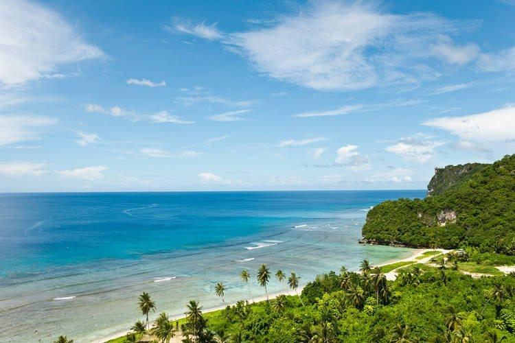 Panorama di una spiaggia dell'isola di Guam