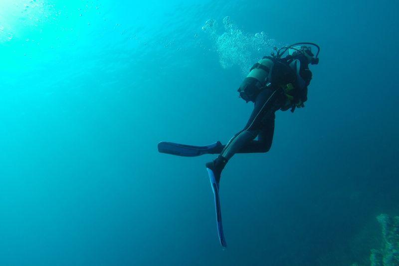 Subacqueo che fa immersioni nelle isole delle Filippine