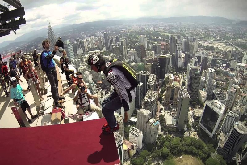 Turisti che fanno Base Jumping a Kuala Lumpur