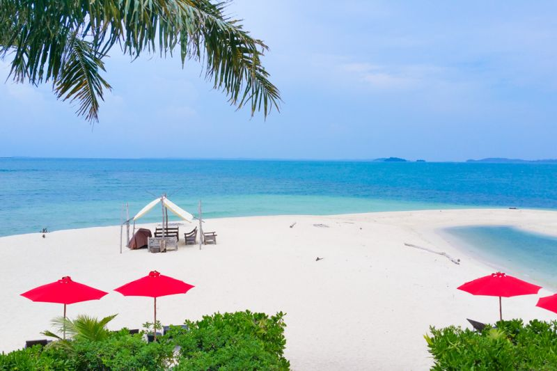 Bellissima spiaggia bianca sull'isola di Pangkil