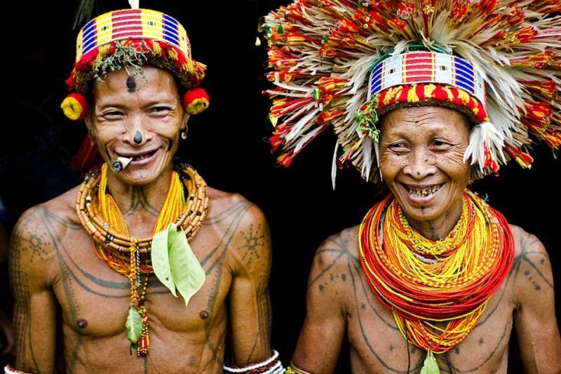 Uomini della tribù di Mentawai