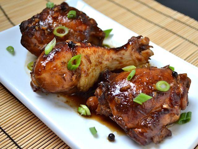 Un piatto di pollo Adobo