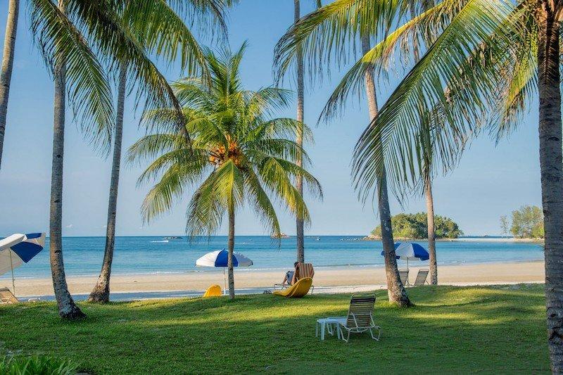 Spiaggia tropicale con palme a Bintan, Indonesia