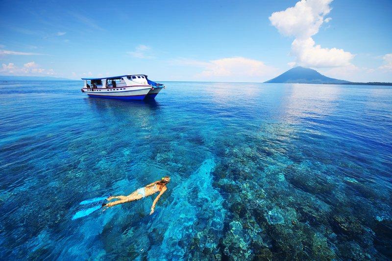 Turista che fa snorkeling a Bunaken in Indonesia