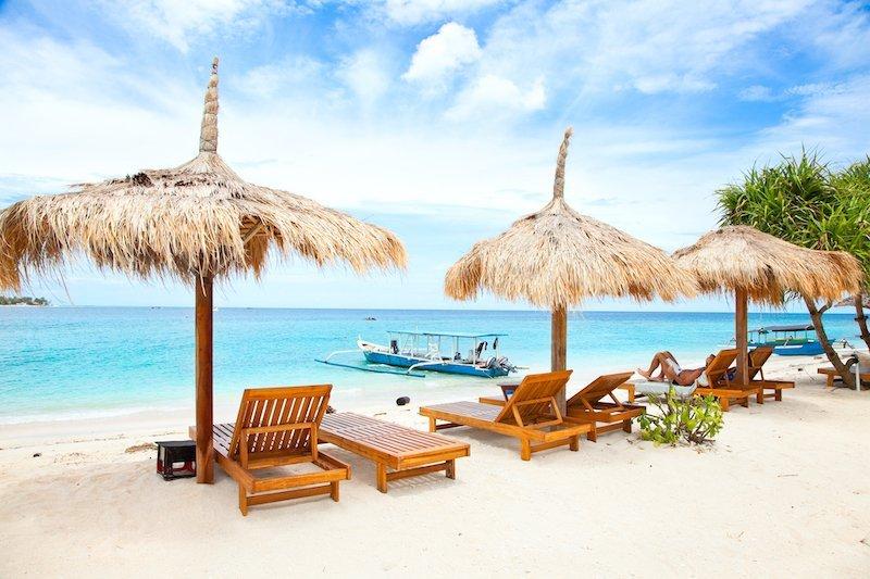 Ombrelloni sulla spiaggia a Gili Meno, Indonesia