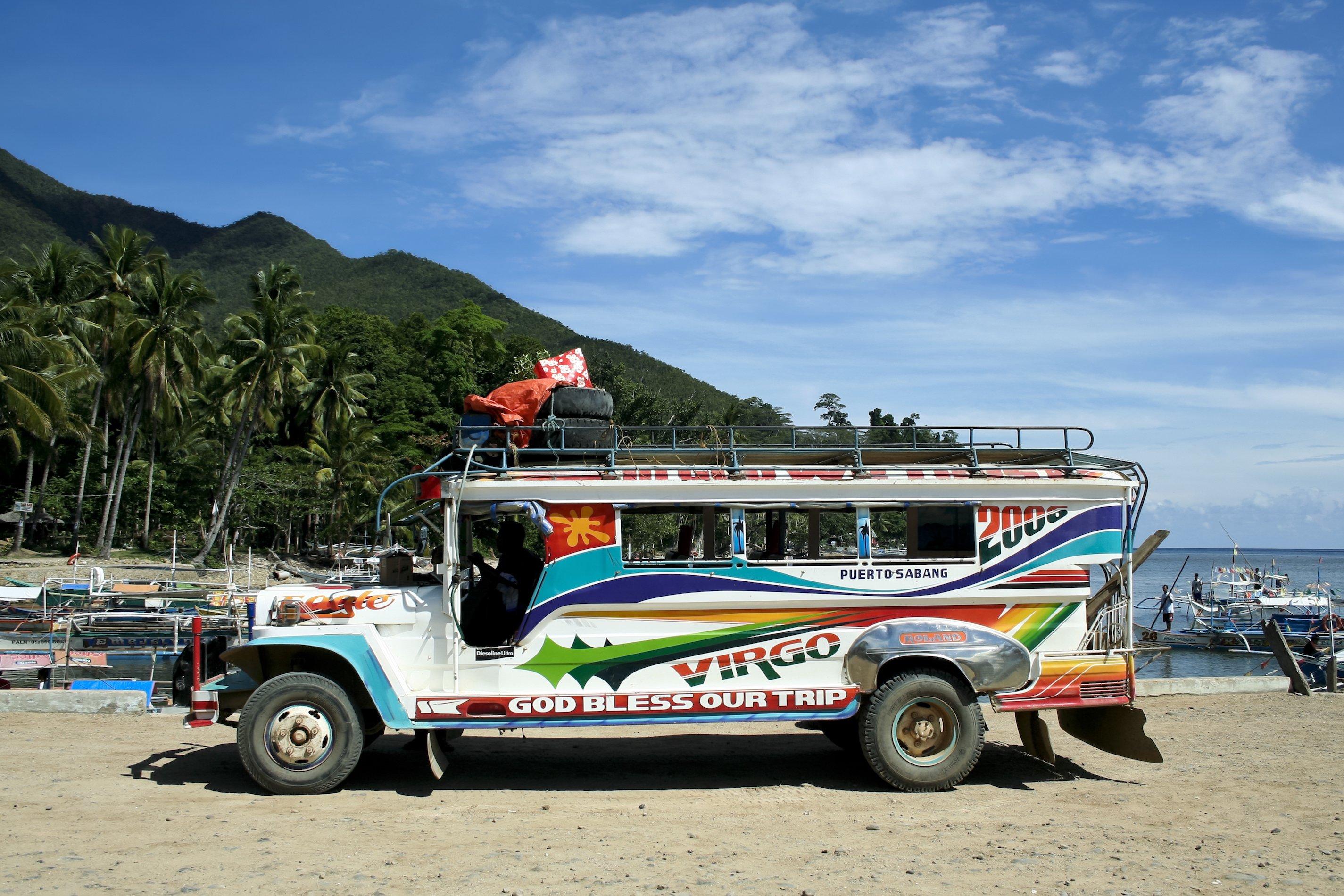 Jeepney in spiaggia nelle Filippine