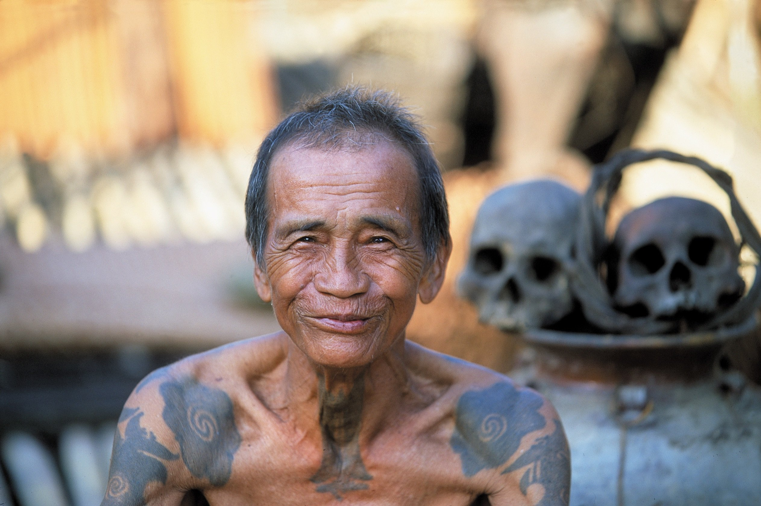 Uomo della tribù dei Dayak, gli antichi Tagliatori di Teste, con i tatuaggi tribali del Borneo