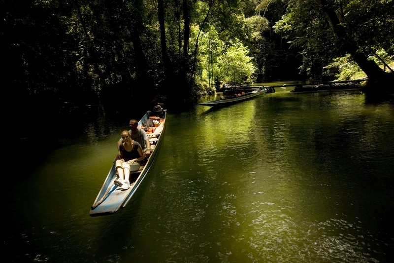 Turisti su una canoa nel Parco di Mulu in Sarawak, Malesia