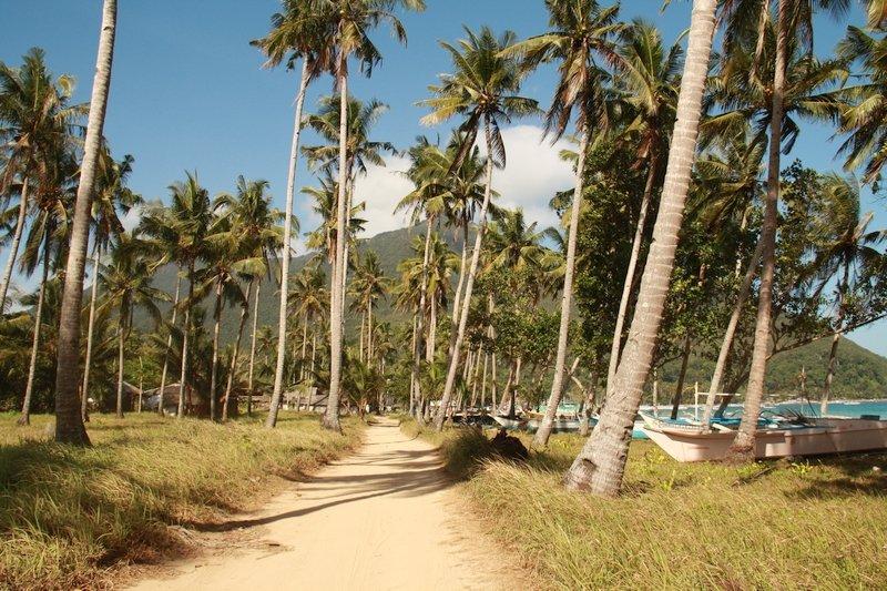Sentiero lungo la spiaggia di Sabang a Palawan