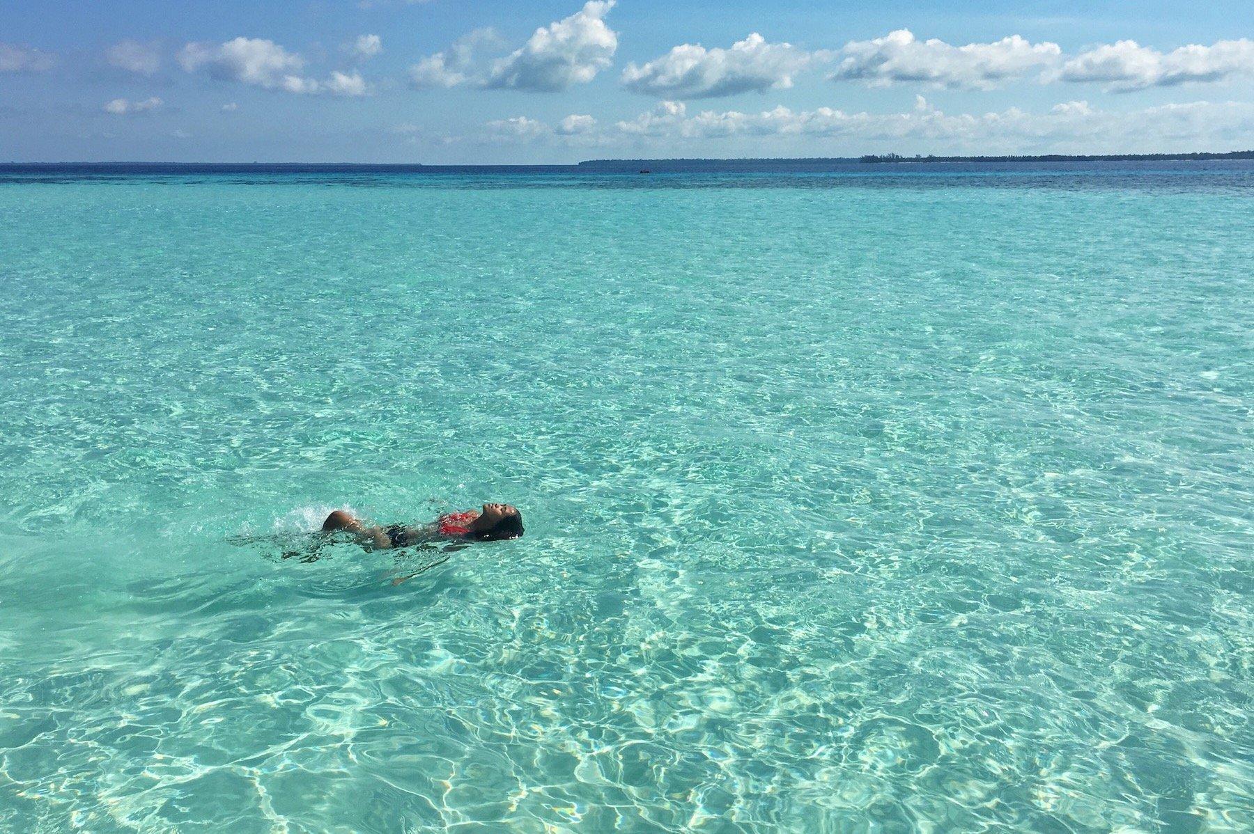 Turista che nuota nelle acque trasparenti di Palawan