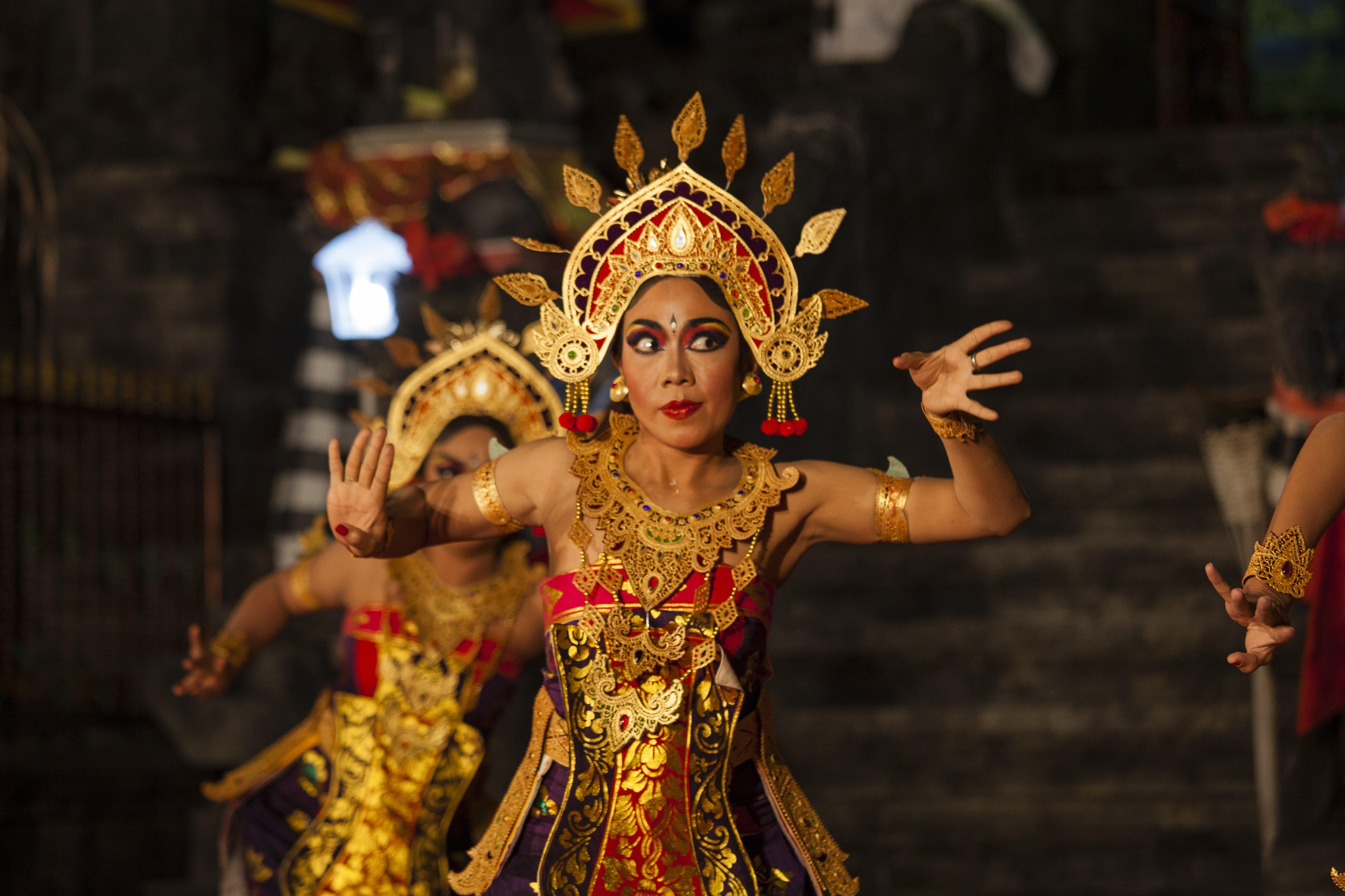 Danzatrice Balinese durante una danza tradizionale a Bali
