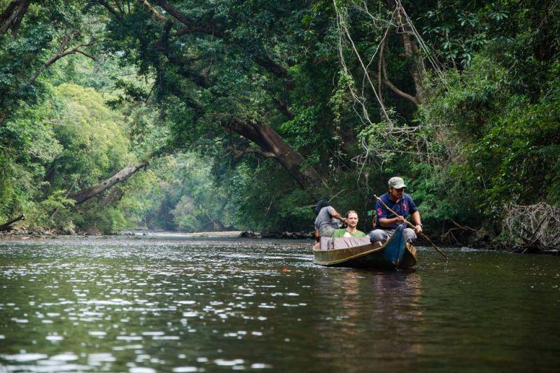 Turisti che esplorano la foresta di Taman Negara in barca