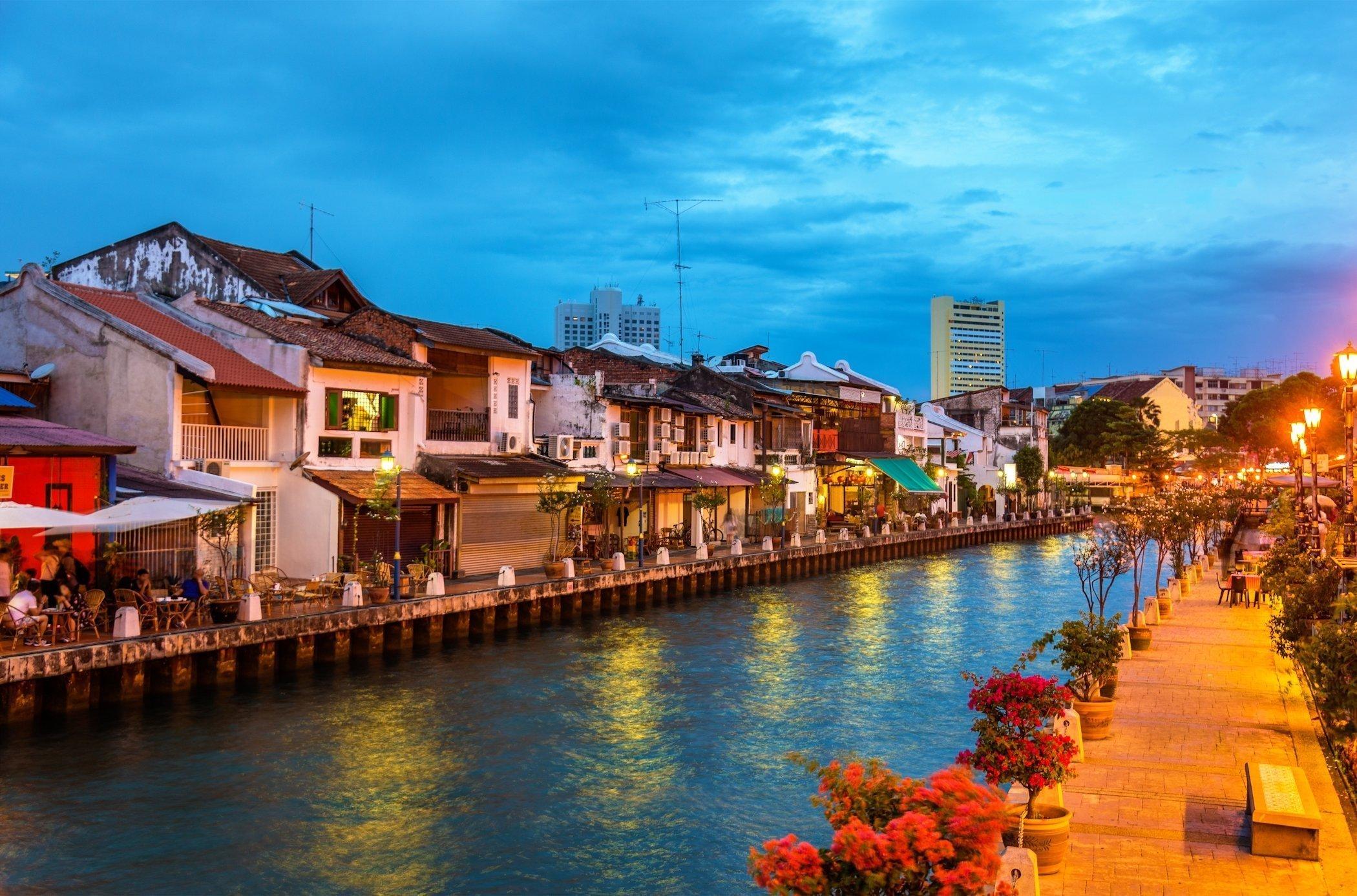 Crociera al tramonto lungo i canali di Malacca, Malesia