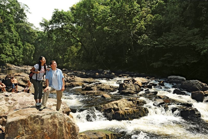 Turisti alle cascate di Lata Berkoh nel parco di Taman Negara, Malesia