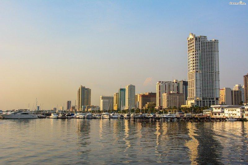 Vista panoramica al tramonto della baia di Manila