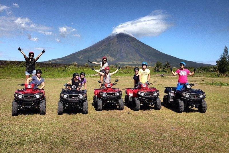 Turisti che esplorano il Monte Mayon con ATV a Legazpi