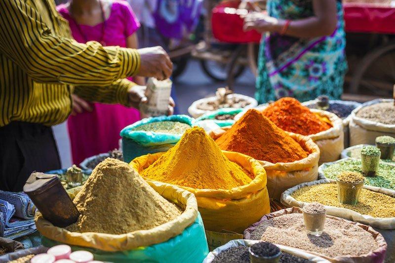 Spezie in vendita al Mercato di Khari Baoli a Delhi, India