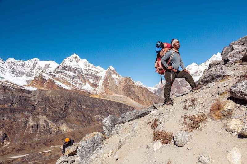 Sherpa che scalano le montagne in Nepal